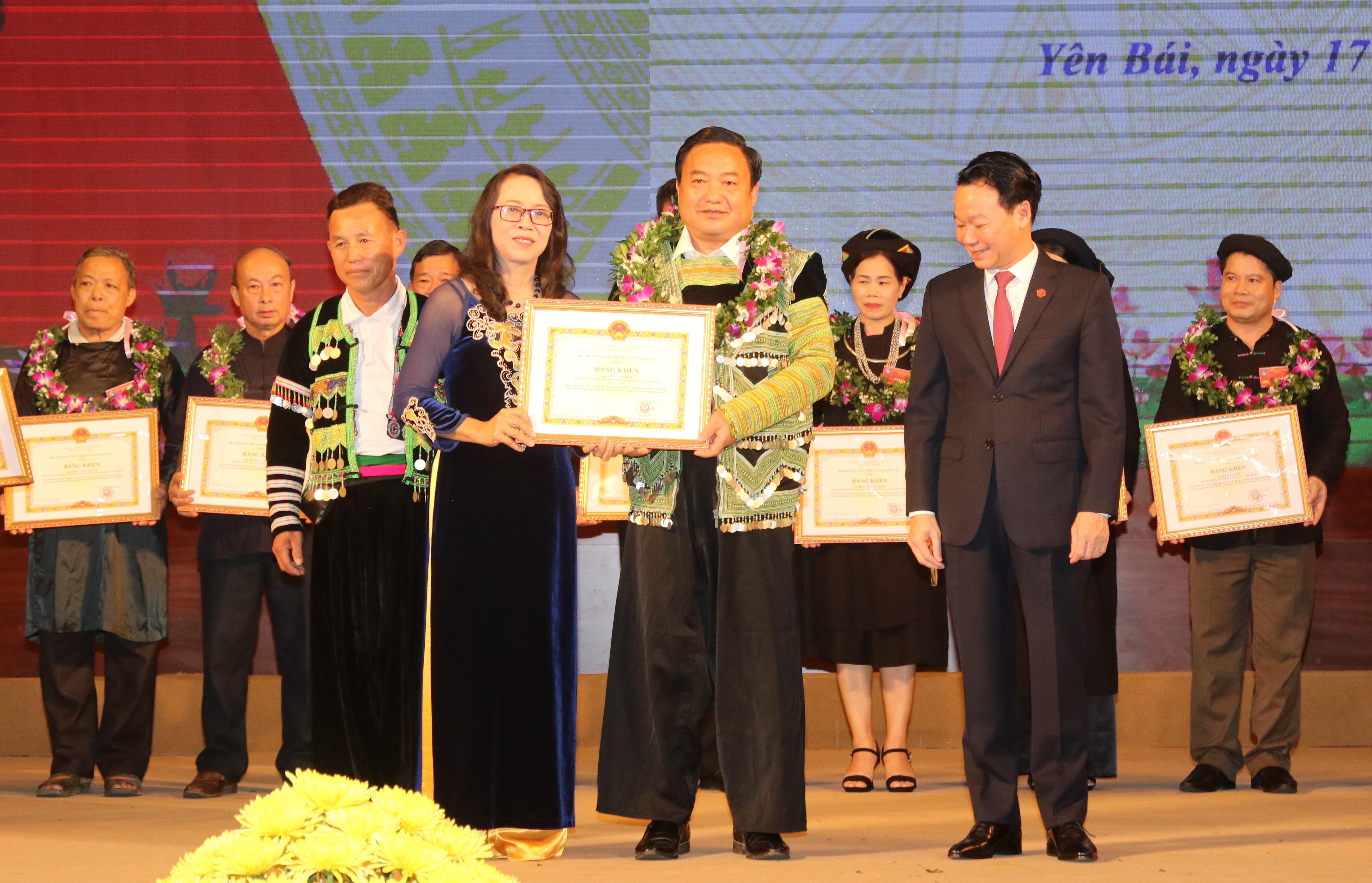 Thứ trưởng, Phó Chủ nhiệm UBDT Hoàng Thị Hạnh trao Bằng khen của Bộ trưởng, Chủ nhiệm UBDT cho các cá nhân xuất sắc