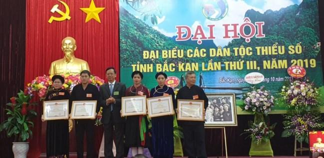 Thứ trưởng, Phó Chủ nhiệm UBDT Phan Văn Hùng trao Bằng khen cho các cá nhân, tập thể có thành tích xuất sắc trong thực hiện chính sách, công tác dân tộc.