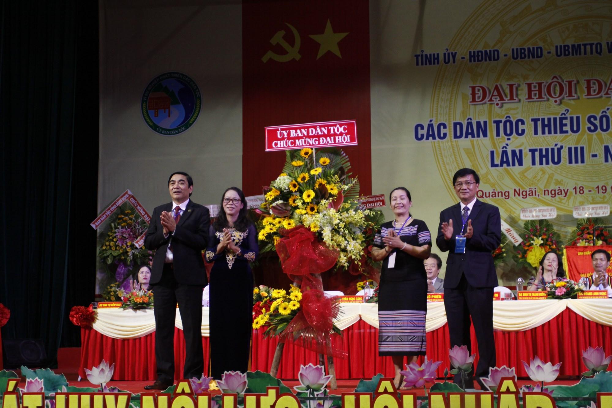 Thứ trưởng, Phó Chủ nhiệm UBDT Hoàng Thị Hạnh tặng hoa chúc mừng Đại Hội