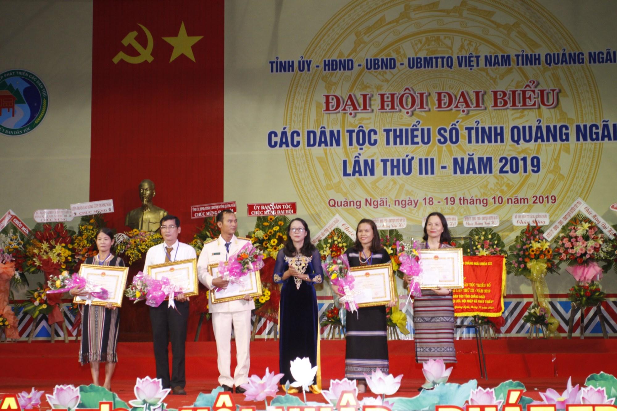 Thứ trưởng, Phó Chủ nhiệm UBDT Hoàng Thị Hạnh tặng Bằng khen của UBDT cho các tập thể có thành tích suất sắc trong công tác dân tộc