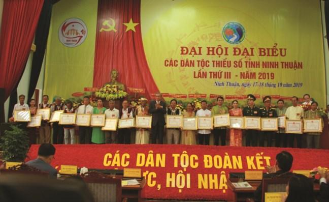 Ông Lê Văn Bình, Phó Chủ tịch tỉnh Ninh Thuận trao Bằng khen của Chủ tịch UBND tỉnh cho tập thể, cá nhân có nhiều thành tích trong công tác dân tộc.