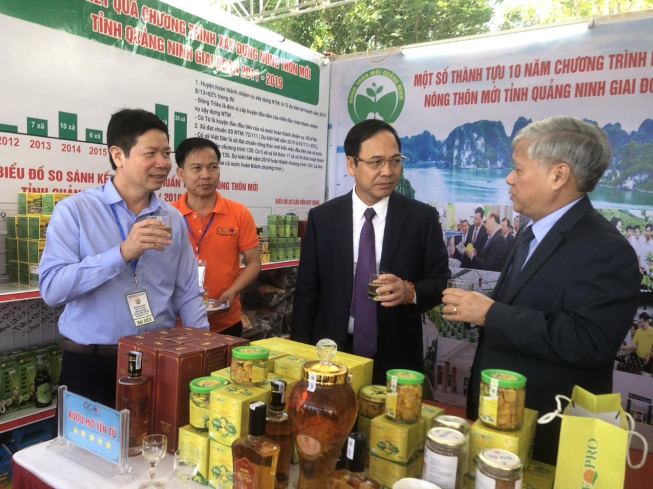 Bộ trưởng, Chủ nhiệm UBDT thăm quan các sản phẩm OCOP tại các gian hàng triễn lãm