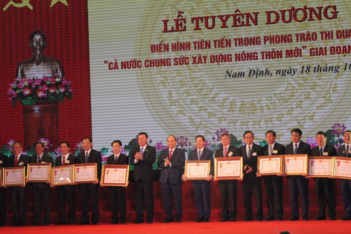 Thủ tướng Nguyễn Xuân Phúc trao trao Huân chương Ðộc lập, Huân chương Lao động cho các tỉnh, thành phố trực thuộc Trung ương, ban, bộ, ngành, đoàn thể Trung ương