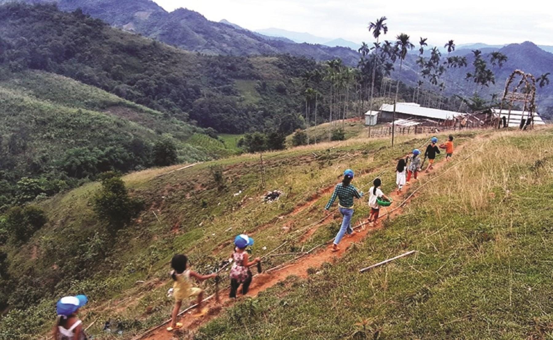 Cô giáo Úi cùng học trò đi hái rau rừng để cải thiện bữa ăn.