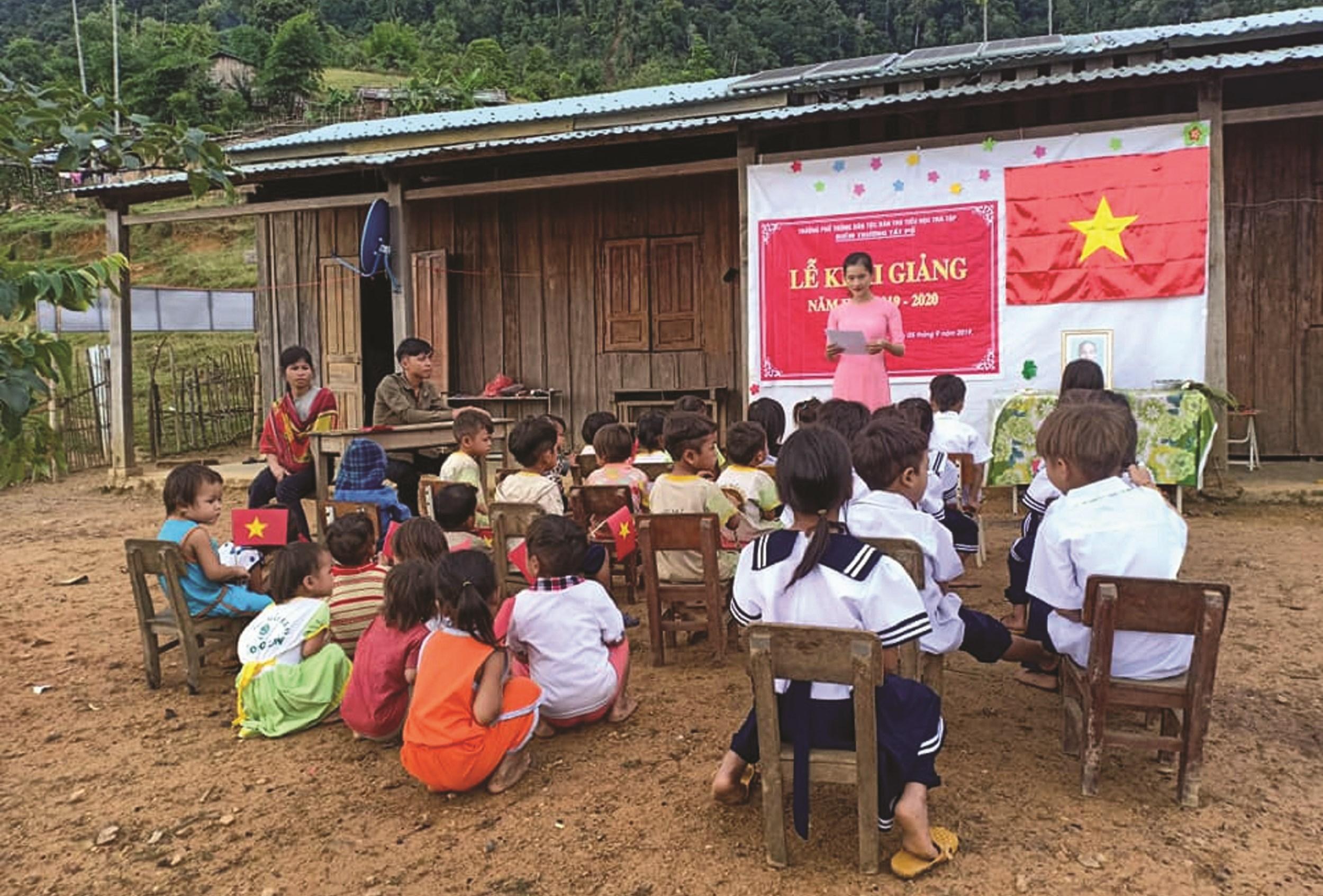 Bức ảnh ngày khai giảng của các em học sinh vùng cao khiến cộng đồng xúc động.