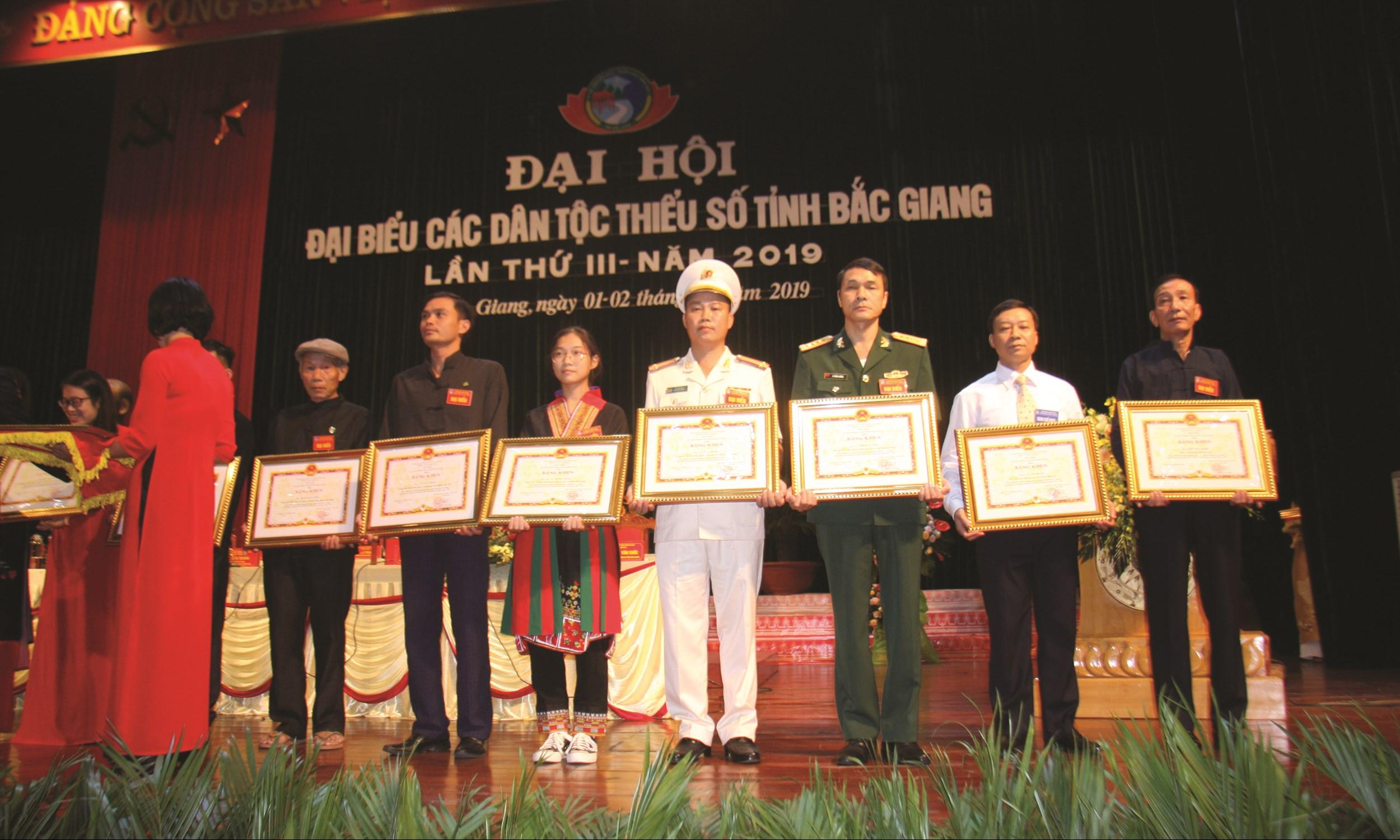 Trung tá Lý Văn Đồng (đứng thứ tư phải qua) được nhận Bằng khen của Chủ tịch UBND tỉnh.