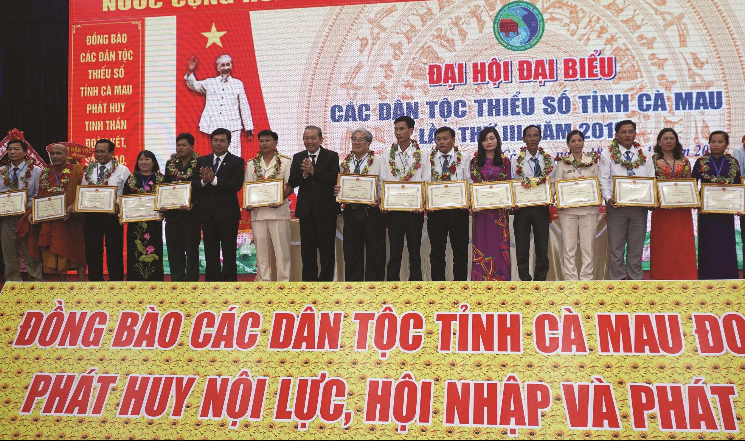 Phó Thủ tướng Thường trực Chính phủ Trương Hoà Bình cùng Chủ tịch UBND tỉnh Cà Mau Nguyễn Tiến Hải trao Bằng khen cho các đại biểu.
