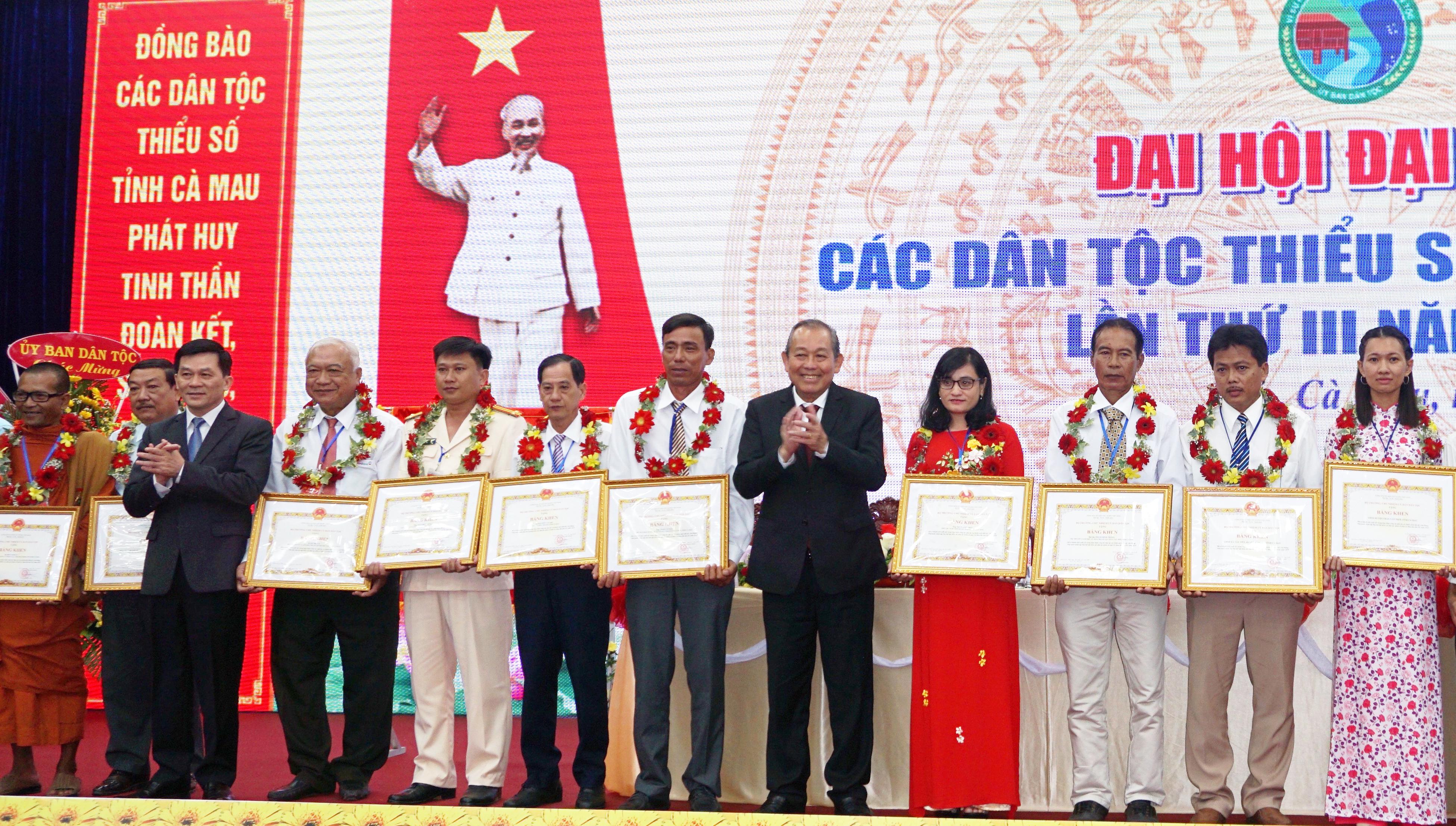 Phó Thủ tướng Thường trực Chính phủ Trương Hòa Bình và Thứ trưởng, Phó Chủ nhiệm UBDT Nông Quốc Tuấn trao Bằng khen của Bộ trưởng UBDT cho các đại biểu.