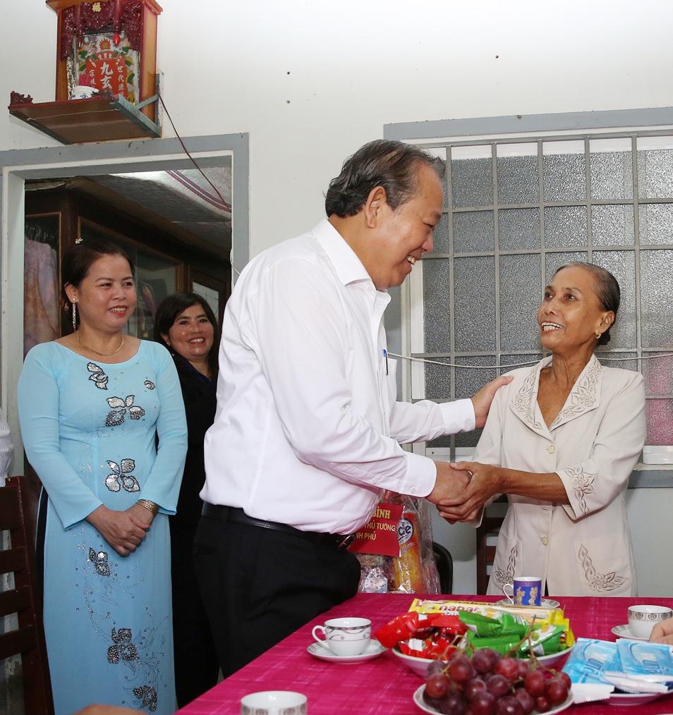 Phó Thủ tướng Thường trực Chính phủ Trương Hòa Bình thăm gia đình hộ thương binh người dân tộc Khmer, ở phường 1, TP. Cà Mau