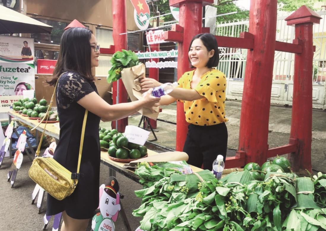Người dân đến phiên chợ Xanh - Tử tế đổi chai nhựa lấy rau sạch.