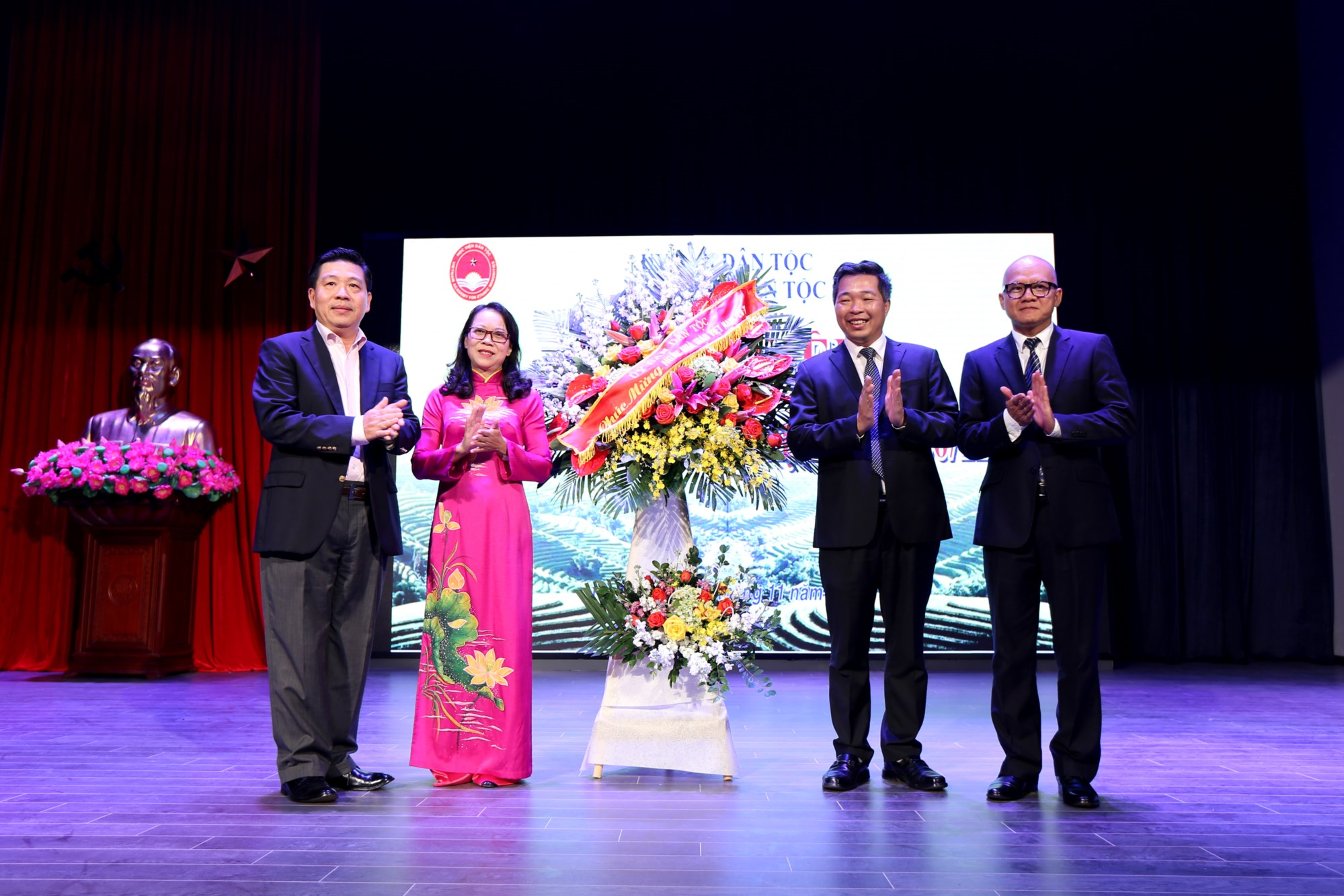 Thứ trưởng, Phó Chủ nhiệm UBDT Lê Sơn Hải và Hoàng Thị Hạnh tặng hoa chúc mừng Học viện Dân tộc