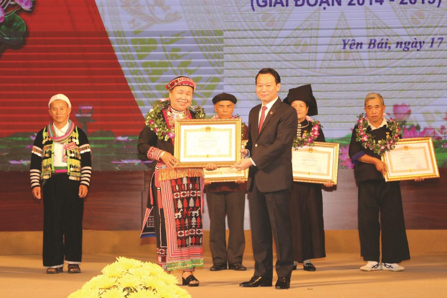 Chủ tịch UBND tỉnh Yên Bái Đỗ Đức Duy trao Bằng vinh danh Nghệ nhân ưu tú của Chủ tịch nước cho bà Triệu Thị Nhậy (xã Phúc Lợi, huyện Lục Yên).