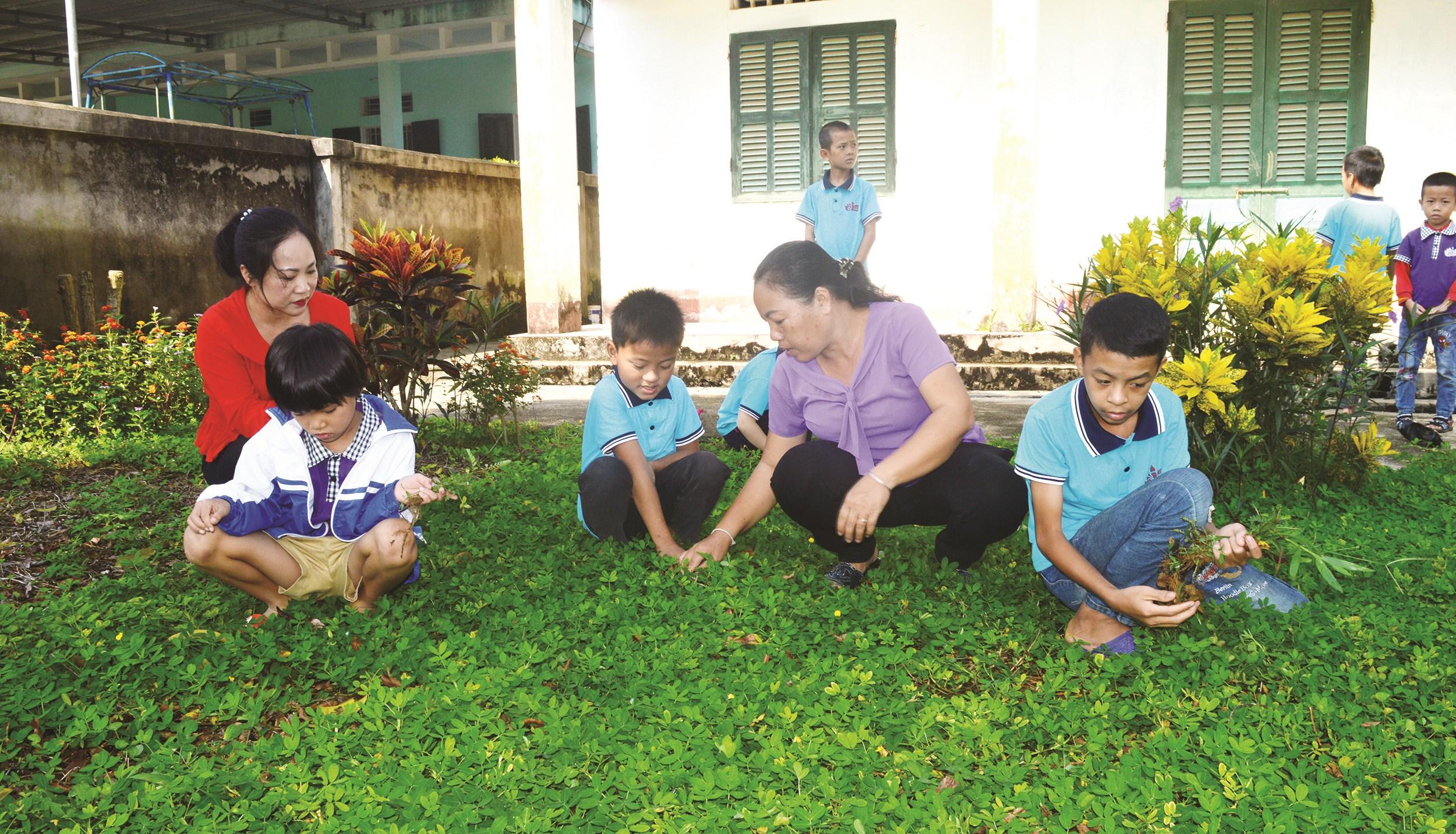 Một giờ học ngoại khóa của Lớp Khuyết tật, Trường Tiểu học Sơn Lạc, xã Kim Phú do cô giáo Nguyễn Thị Hội chủ nhiệm.