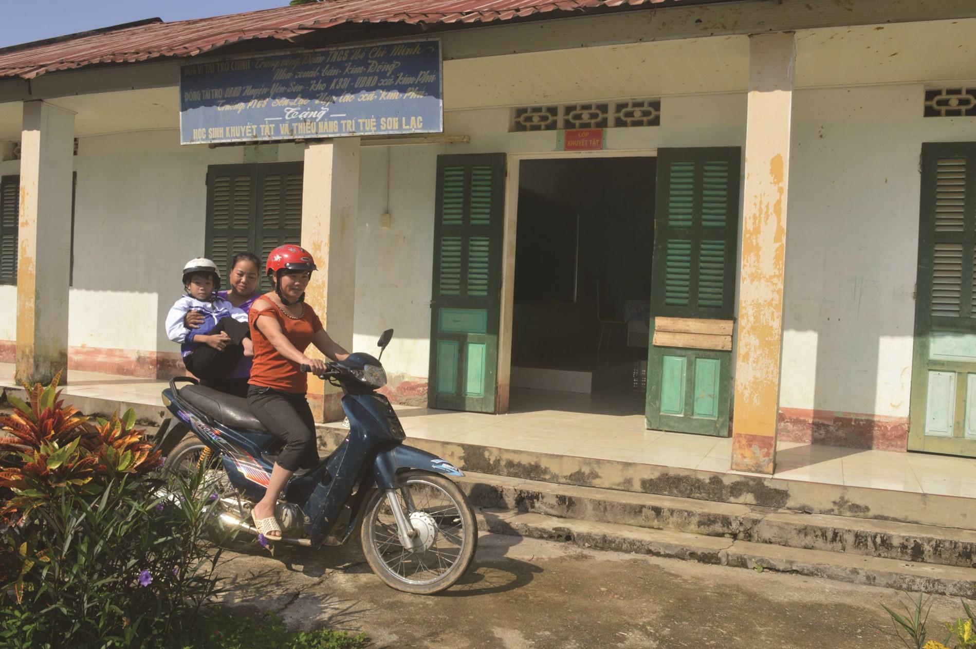 Cô giáo Nguyễn Thị Hội, giáo viên chủ nhiệm lớp khuyết tật Trường Tiểu học Sơn Lạc, xã Kim Phú đón trẻ vào lớp học