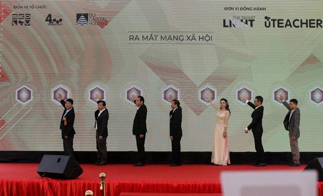 Các đại biểu lãnh đạo cùng nhấn nút chính thức ra mắt MXH (dayhoc.net.vn)