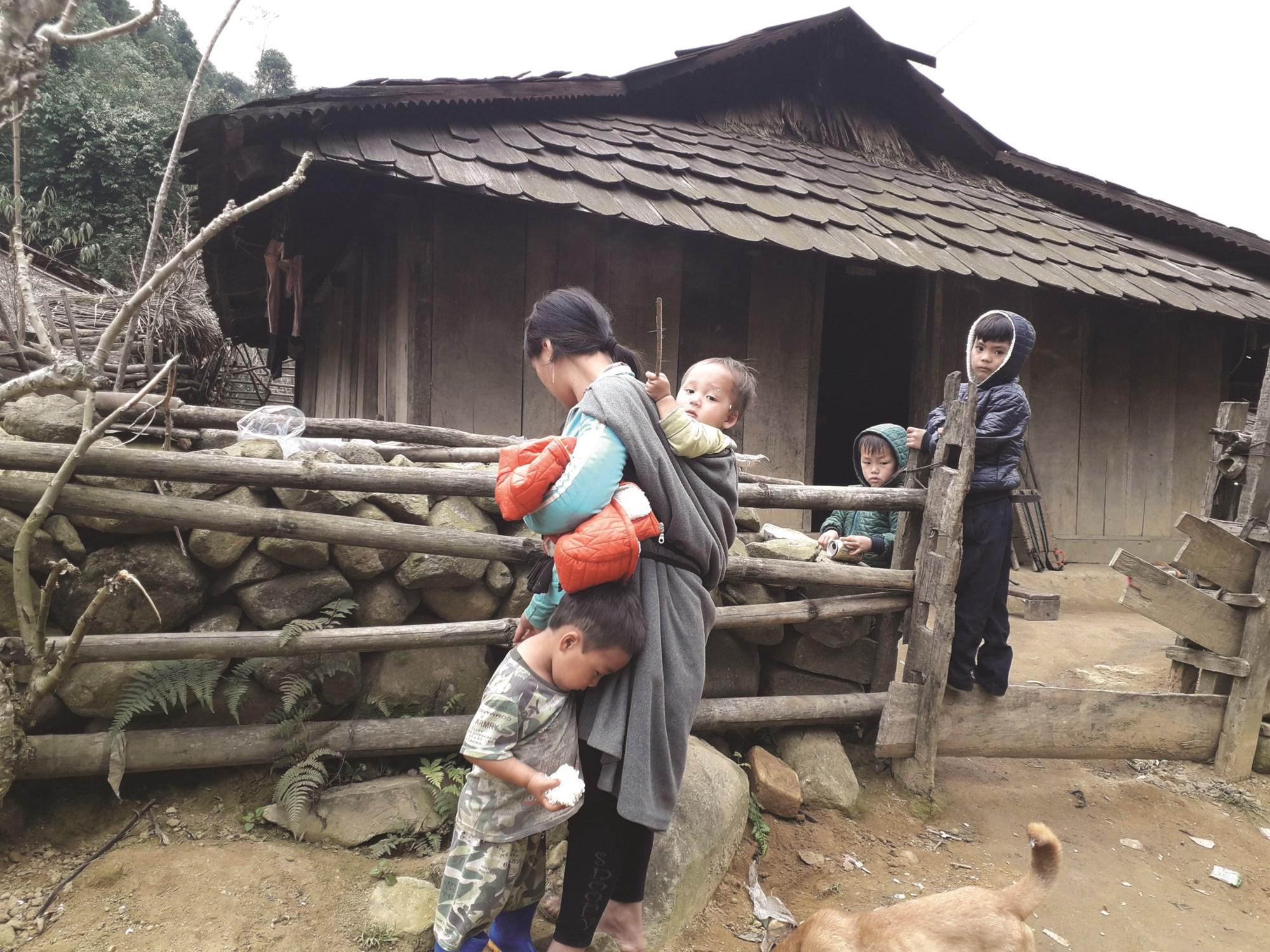 Cuộc sống của người Mông vẫn quẩn quanh trong đói nghèo.