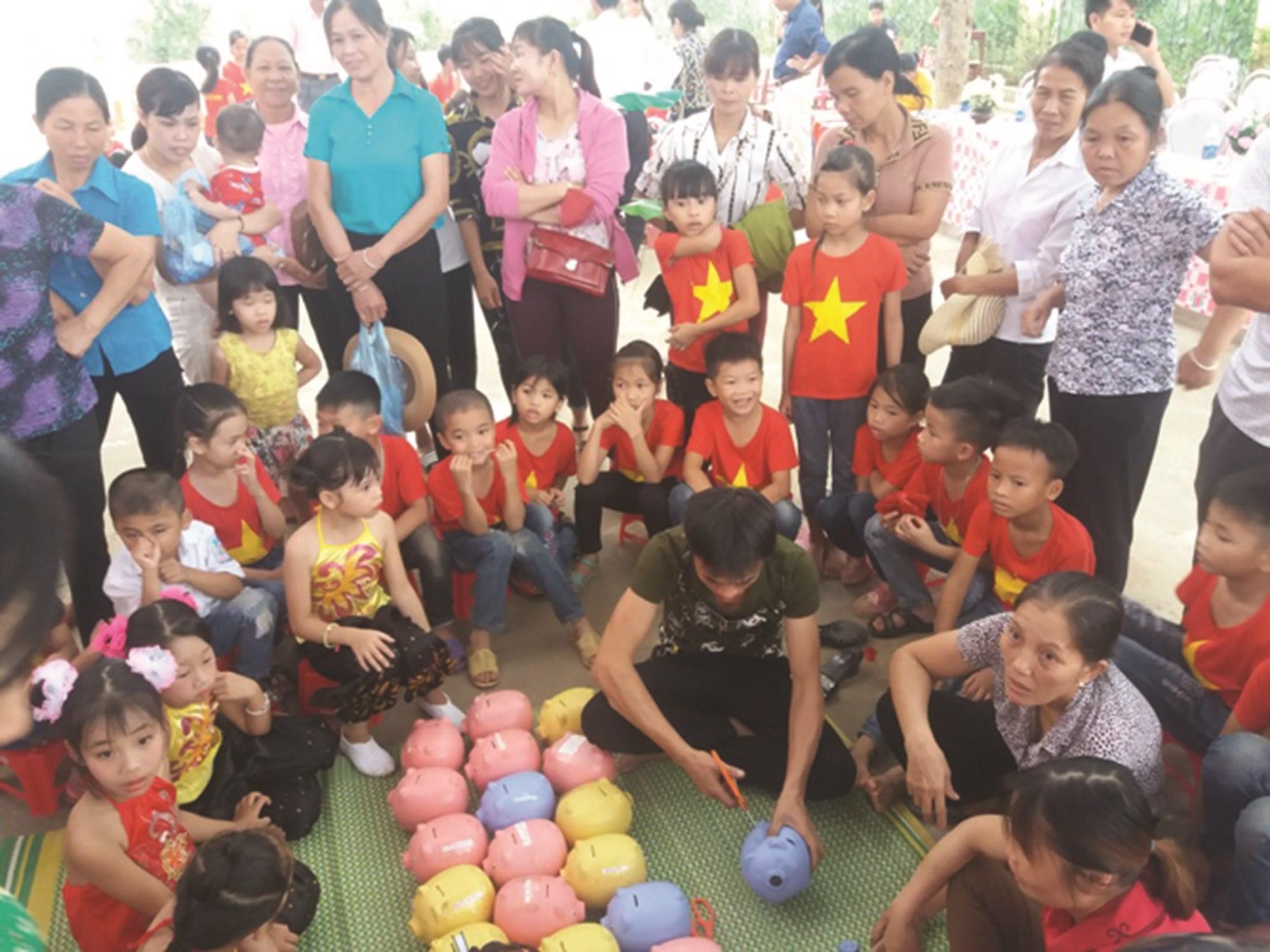 """Ngày hội """"Mổ heo đất tiết kiệm khuyến học"""" ở Trường TH và THCS Hòa Cuông."""