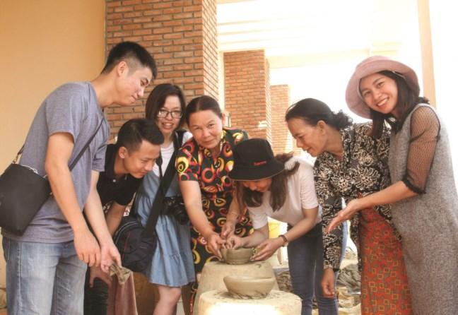 Du khách thích thú thăm quan làng gốm Bàu Trúc.