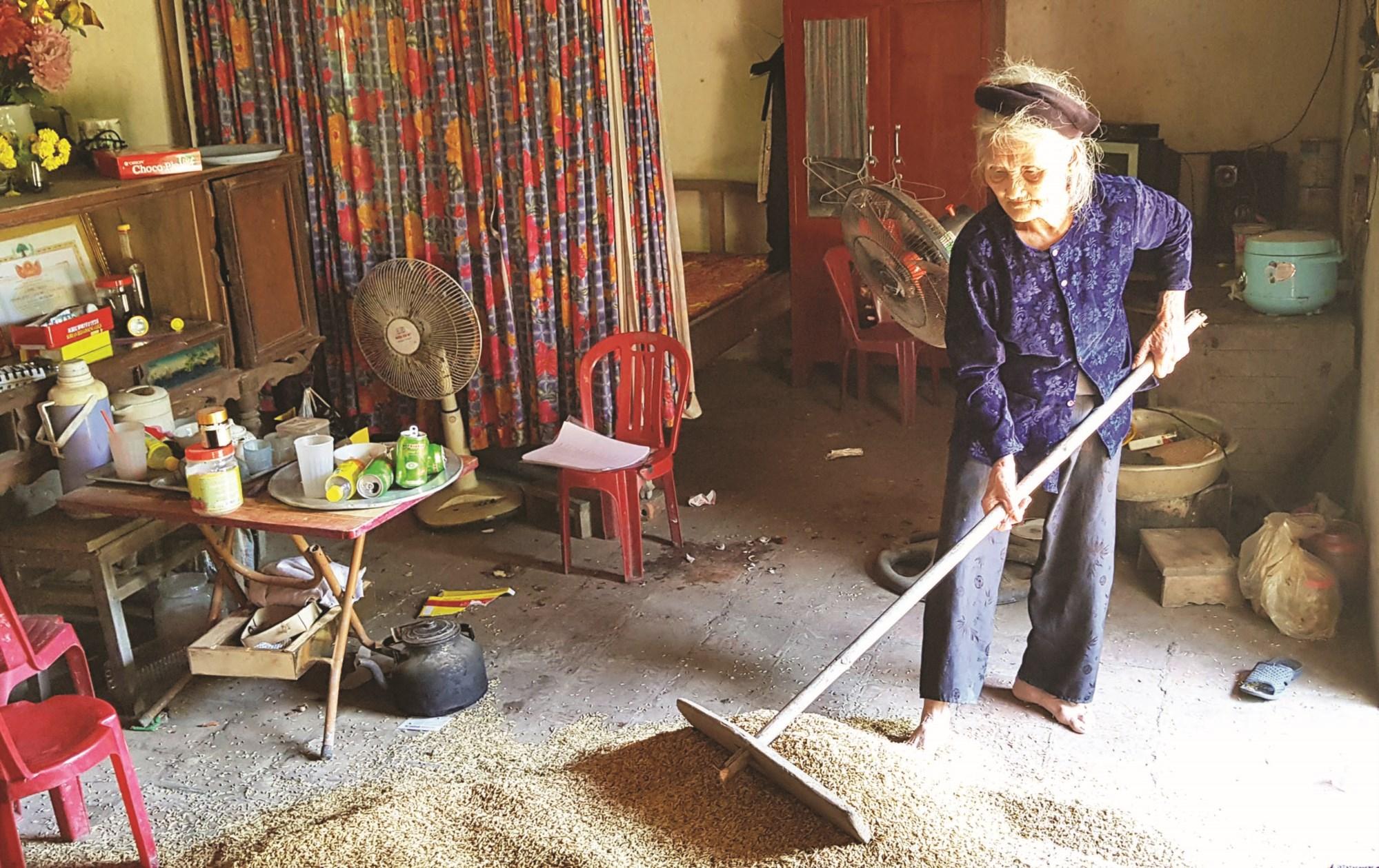 Ở tuổi 83, cụ Mơ vẫn lao động để tự nuôi sống mình.