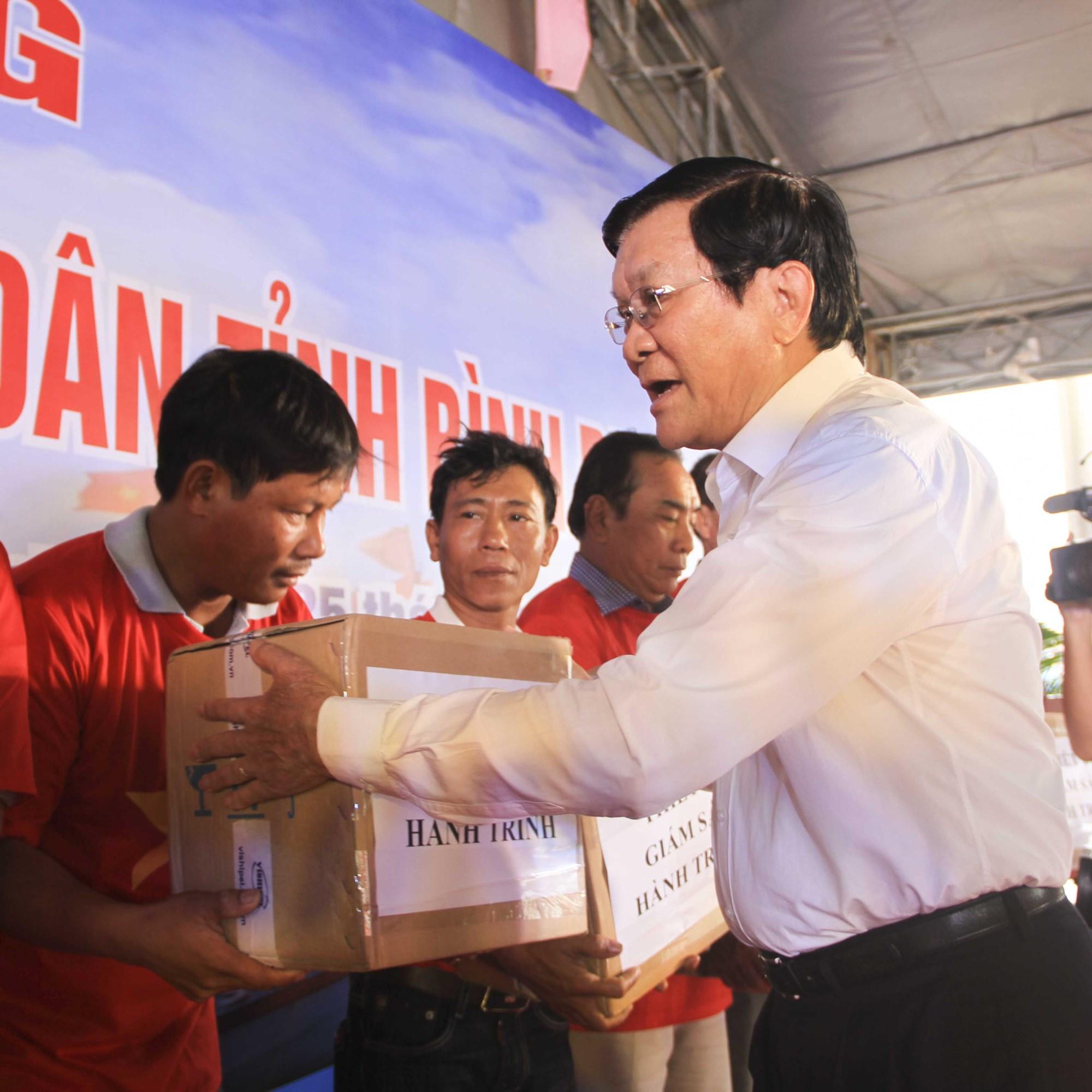 Nguyên Chủ tịch nước Trương Tấn Sang tặng thiết bị giám sát tàu cá cho ngư dân Bình Định