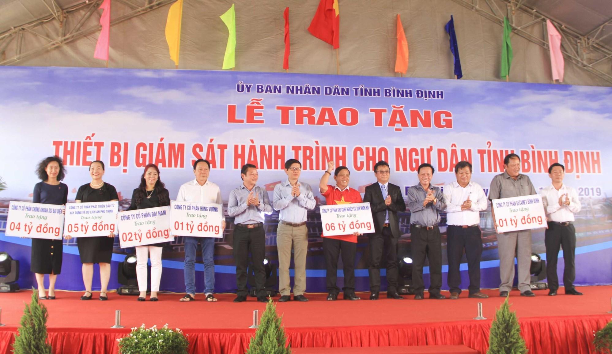 Các nhà tài trợ đóng góp kinh phí, đồng hành cùng ngư dân bám biển