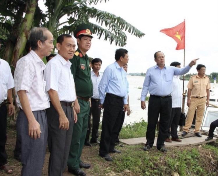 Ông Nguyễn Thanh Bình, Chủ tịch UBND tỉnh, Trưởng Ban Chỉ đạo Đại hội Đại biểu các DTTS lần III năm 2019 (bìa phải) thăm vùng đồng bào DTTS sinh sống.