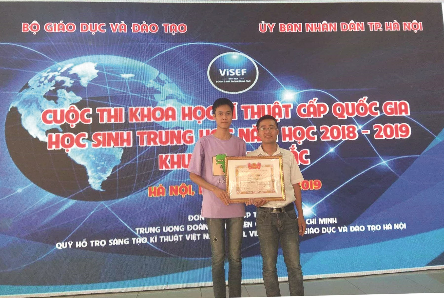 Hoàng Thanh Tùng (bên trái) đoạt giải Nhì cuộc thi Khoa học kỹ thuật cấp quốc gia khu vực phía Bắc.
