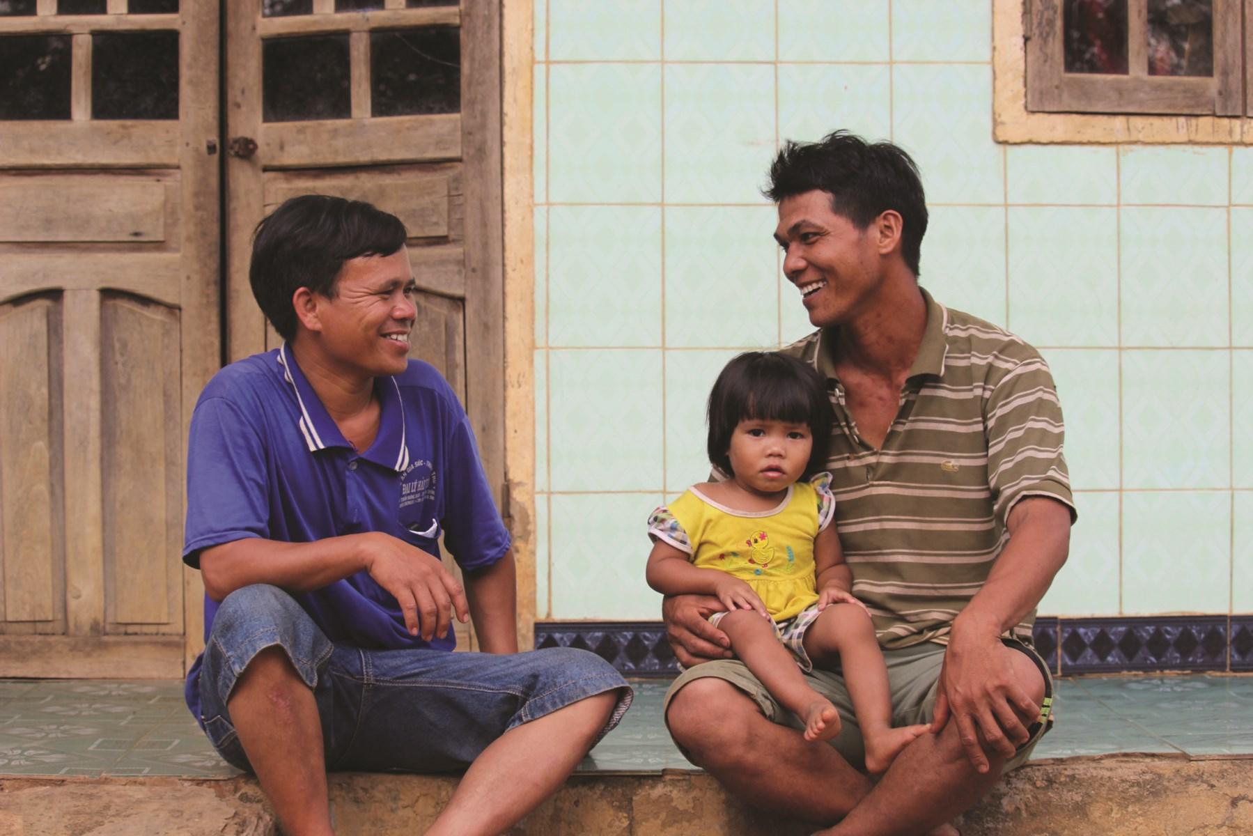 Anh Wung đang trò chuyện với Trưởng thôn Sum về công việc làm ăn, phát triển kinh tế.