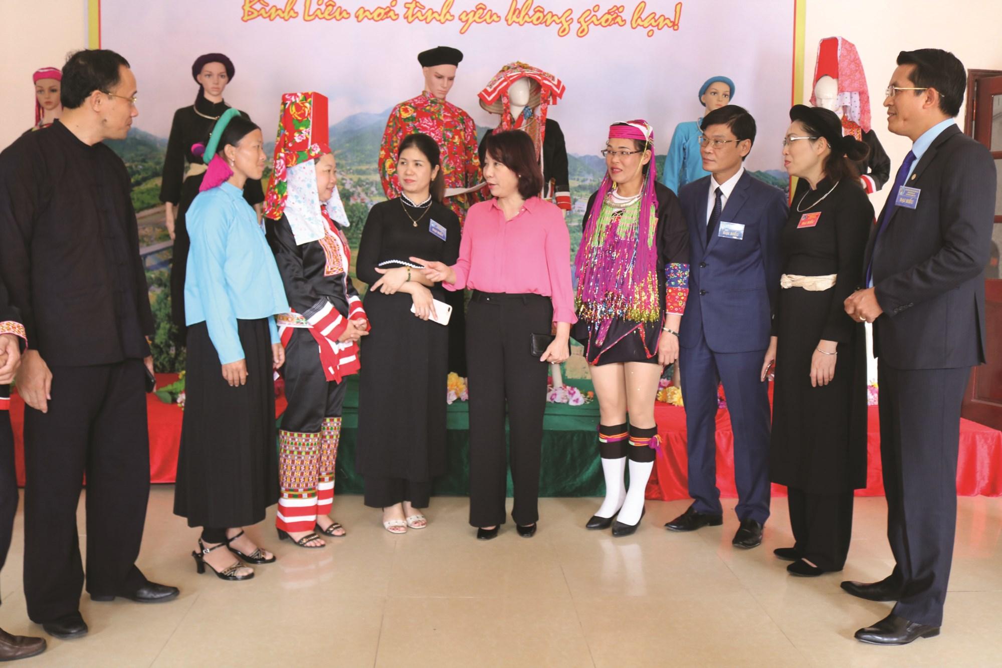 Bà Vũ Thị Thu Thủy, Phó Chủ tịch UBND tỉnh, Trưởng ban Chỉ đạo Đại hội DTTS tỉnh Quảng Ninh (thứ năm từ trái sang) trò chuyện với đại biểu dự Đại hội Đại biểu các DTTS huyện Bình Liêu.