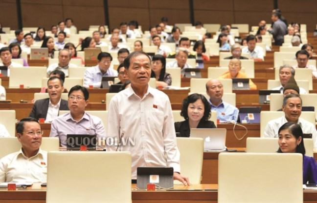 Đại biểu Quốc hội thảo luận tại Hội trường.