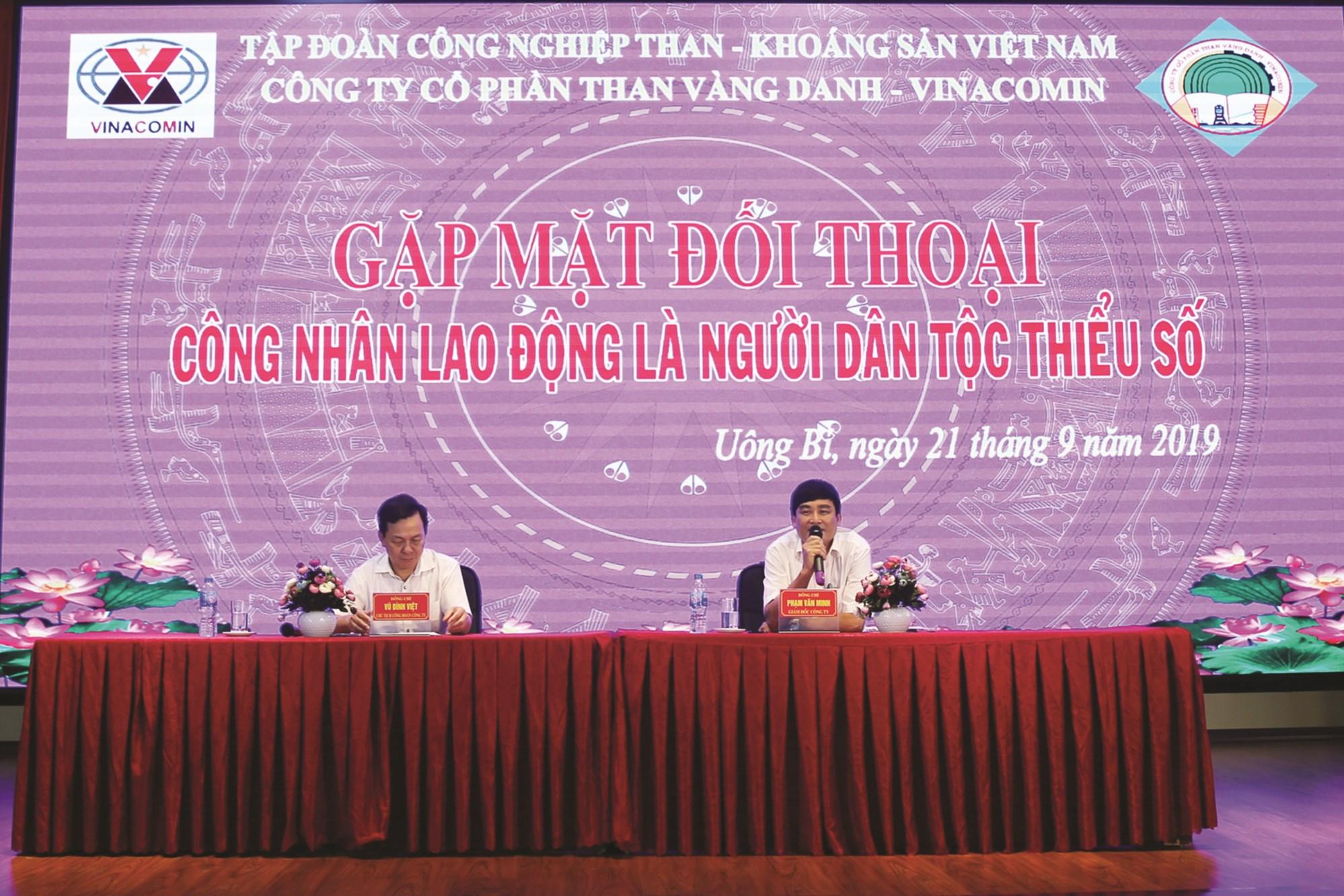 Giám đốc Phạm Văn Minh (bên phải) và Chủ tịch Công đoàn Vũ Đình Việt (bên trái) điều hành cuộc đối thoại.