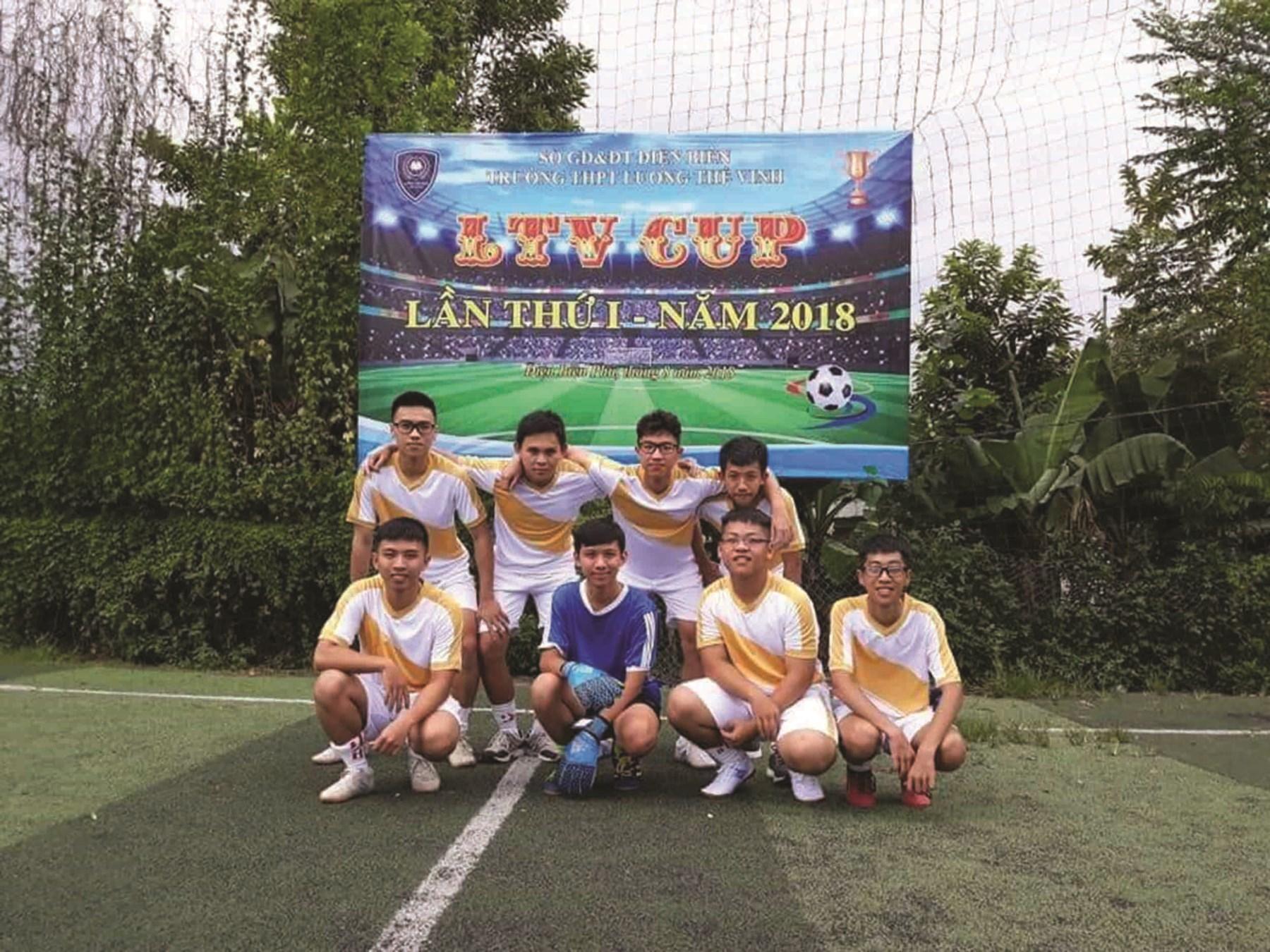 Lê Quốc Mạnh (ngoài cùng bên phải) là một thành viên không thể thiếu của đội bóng của trường.