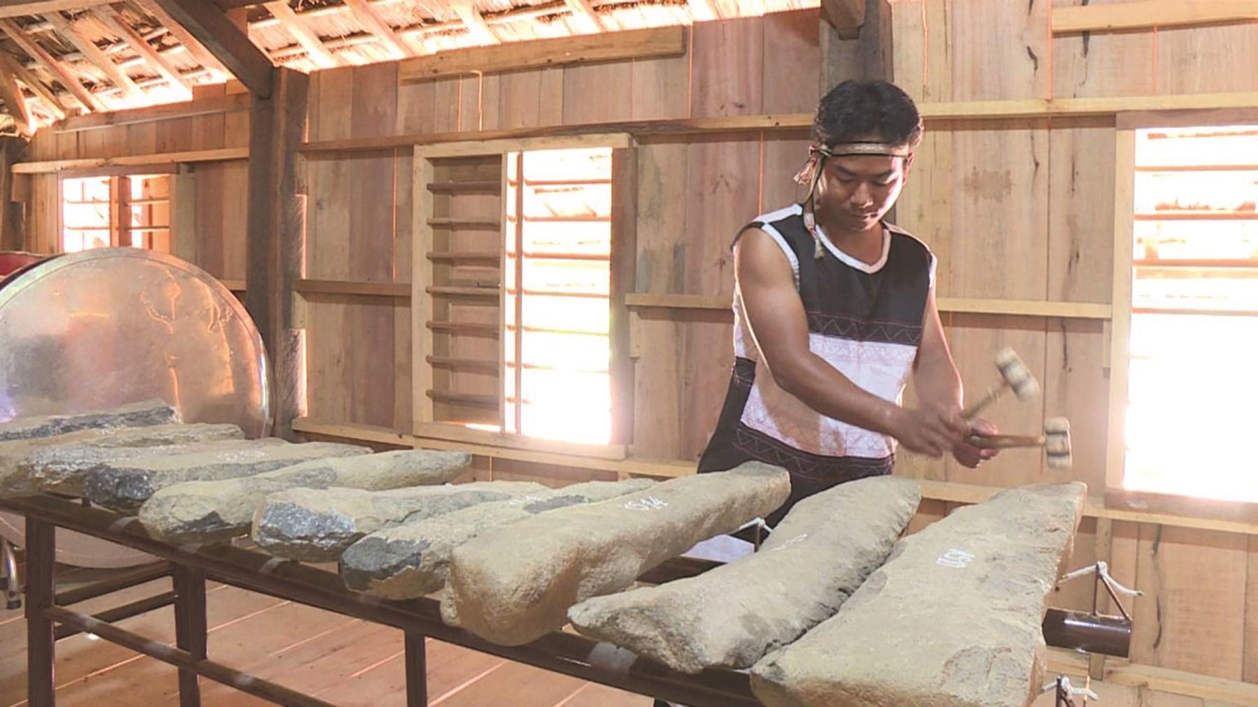 Đàn đá là loại nhạc cụ độc đáo của đồng bào Raglai được tỉnh Khánh Hòa quan tâm, sưu tầm và bảo tồn.
