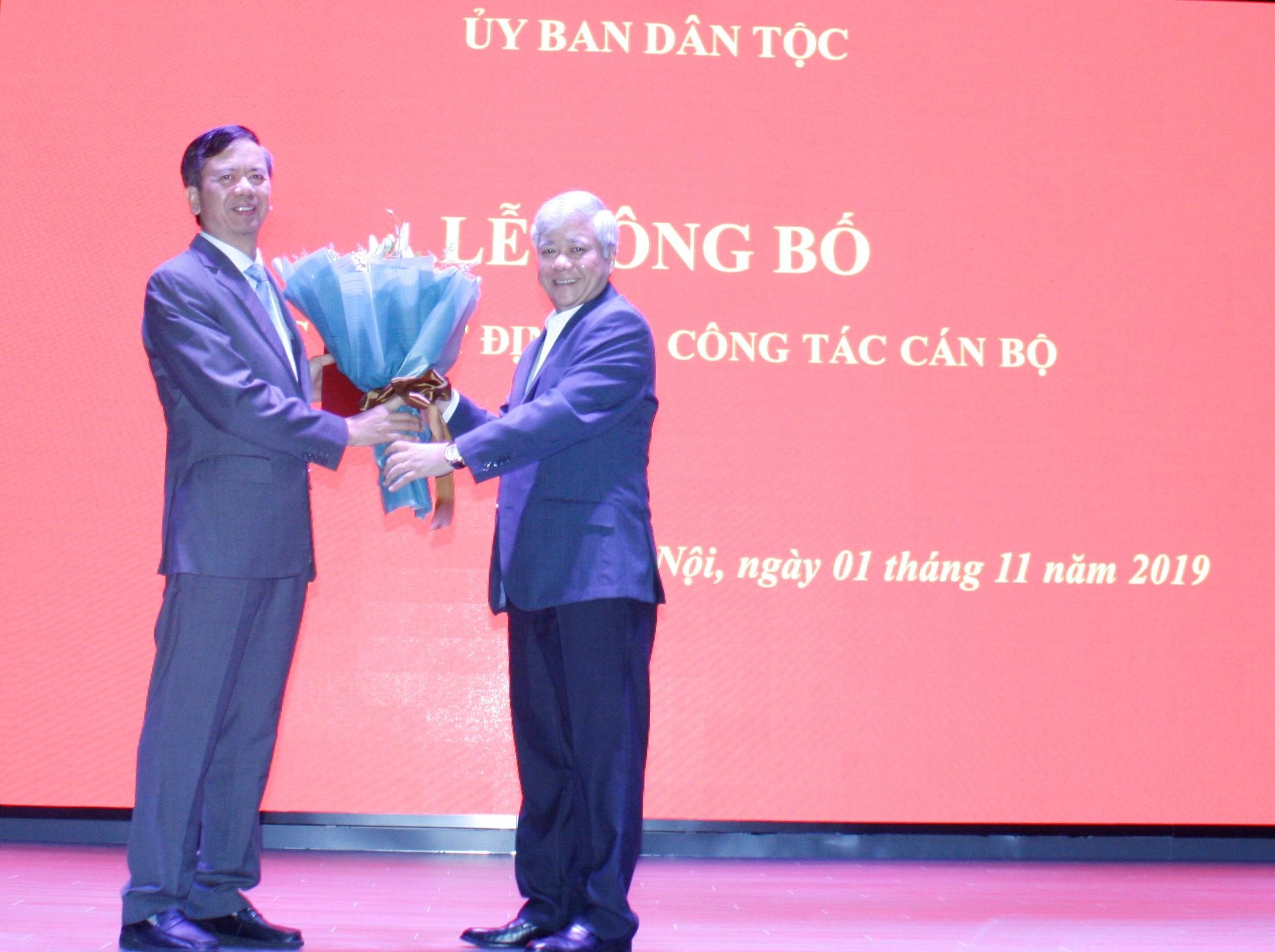 Bộ trưởng, Chủ nhiệm Đỗ Văn Chiến tặng hoa chúc mừng ông Phan Văn Hùng.
