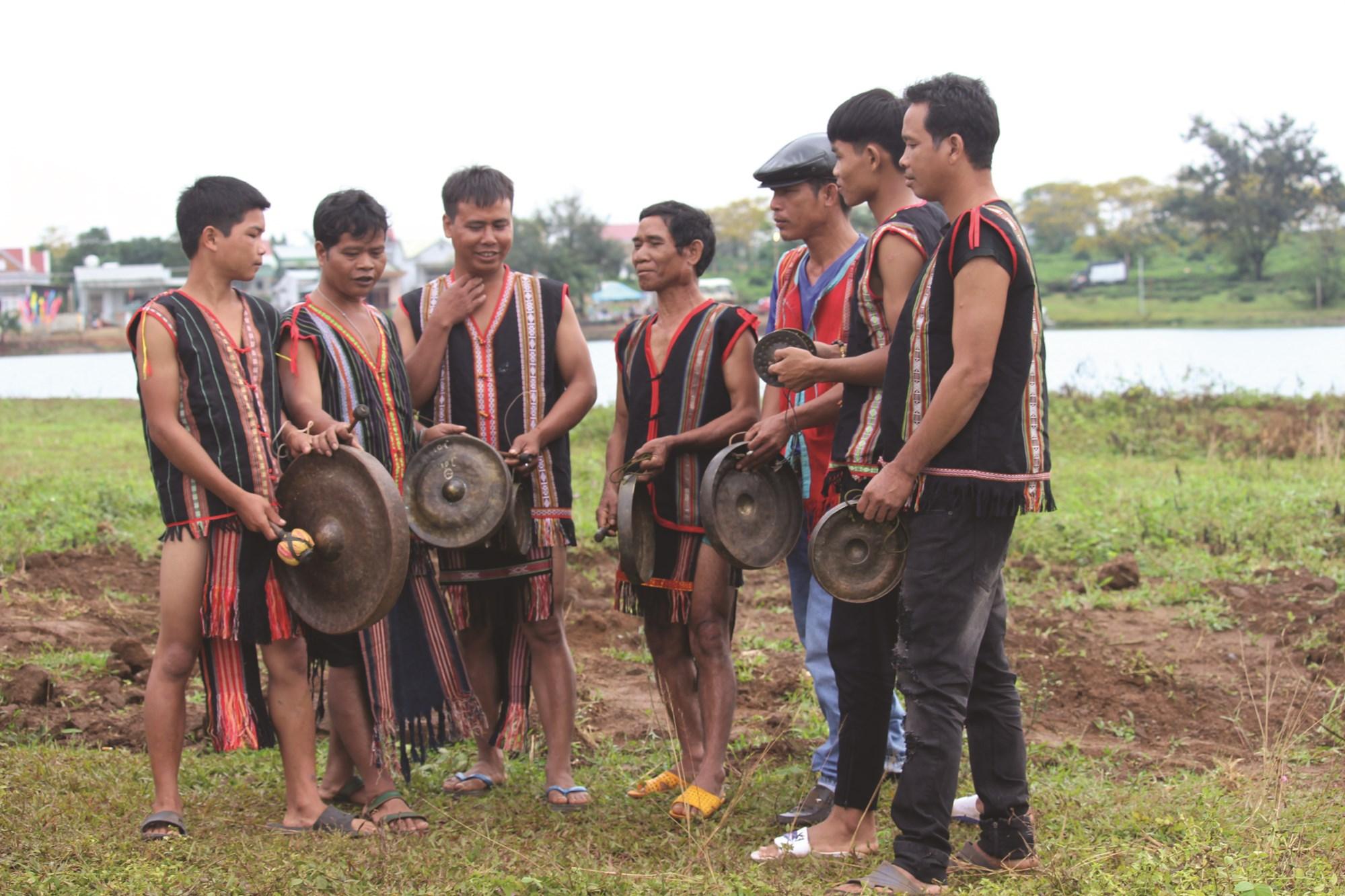 Ông Siu Yít (thứ 3 từ phải qua) người mang chiêng về cho dân làng Klũh Klăh.