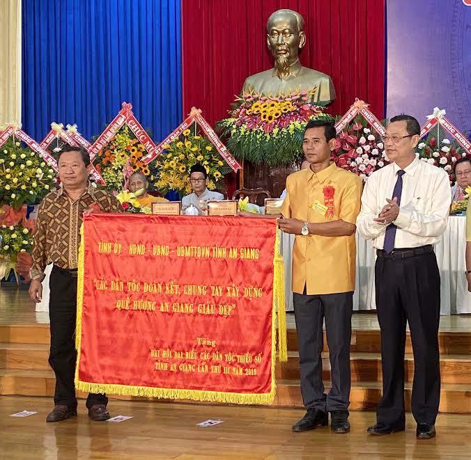 Ông Võ Anh Kiệt, Phó Bí thư Thường trực Tỉnh ủy An Giang trao tặng bức Trướng của Tỉnh ủy cho Đại hội