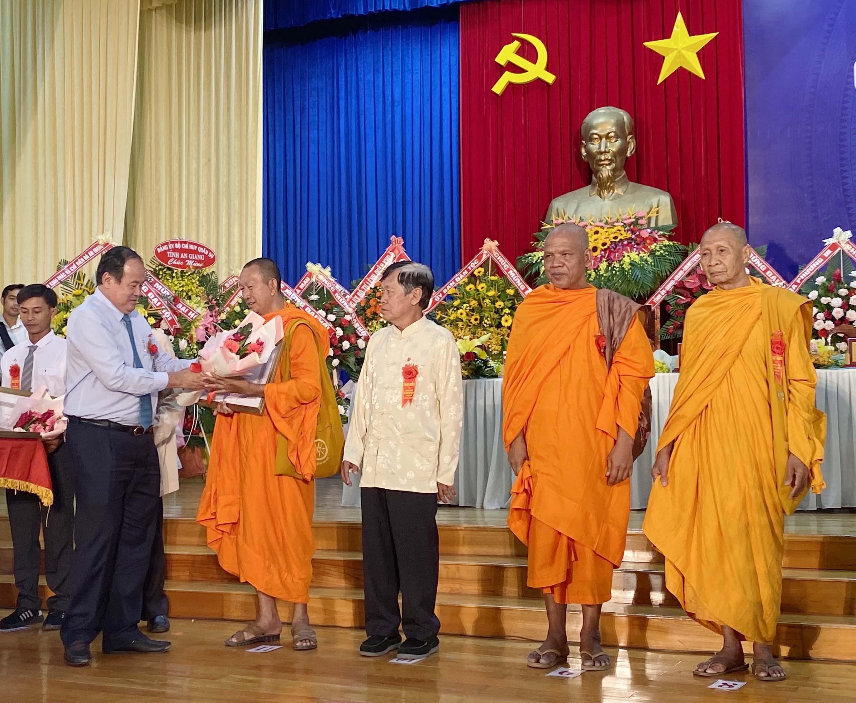 Ông Nguyễn Thanh Bình, Chủ tịch UBND tỉnh trao Bằng khen của UBND tỉnh cho các cá nhân có thành tích trong xây dựng khối đại đoàn kết dân tộc ở cơ sở và nông thôn giai đoạn 2014-2019.