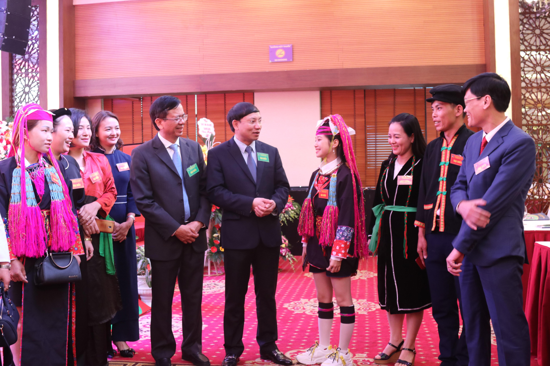 Thứ trưởng, Phó Chủ nhiệm UBDT Phan Văn Hùng và Bí thư Tỉnh ủy tỉnh Quảng Ninh Nguyễn Xuân Ký trò chuyện với các đại biểu dự Đại hội.