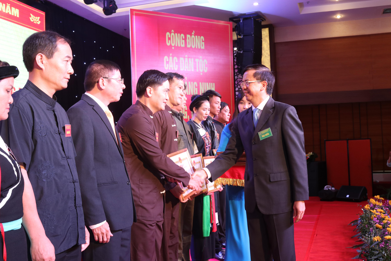 Thứ trưởng, Phó Chủ nhiệm UBD Phan Văn Hùng trao Bằng khen của Bộ trưởng, Chủ nhiệm UBDT cho 5 tập thể và 20 cá nhân.