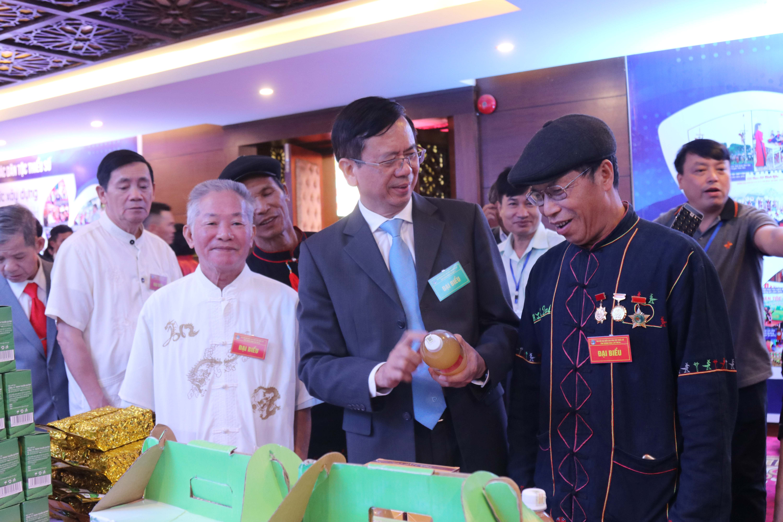 Thứ trưởng, Phó Chủ nhiệm UBDT Phan Văn Hùng thăm quan gian hành trưng bày sản phẩm do đồng bào DTTS sản xuất.