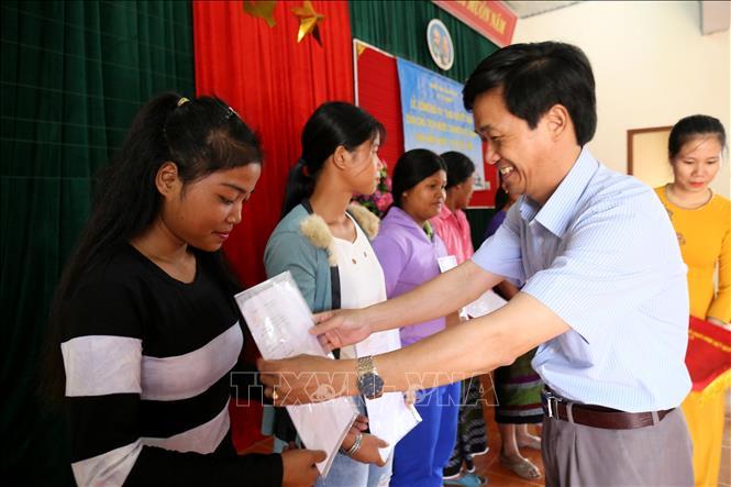 Đại diện cơ quan chức năng tỉnh Quảng Trị trao Quyết định nhập Quốc tịch Việt Nam cho người dân.