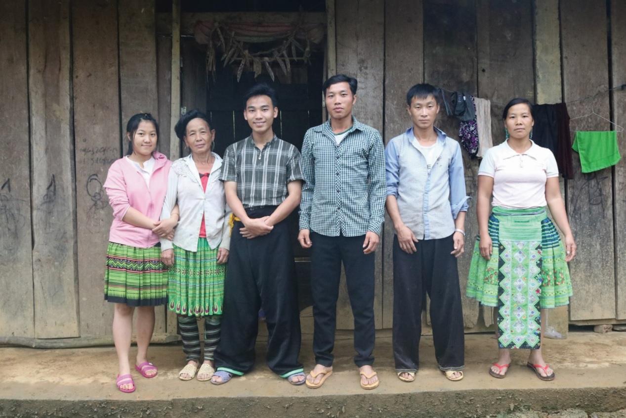 Giàng A Bê (thứ 3, từ trái qua) chụp ảnh cùng đồng bào Mông trong quá trình sưu tầm, điền dã.