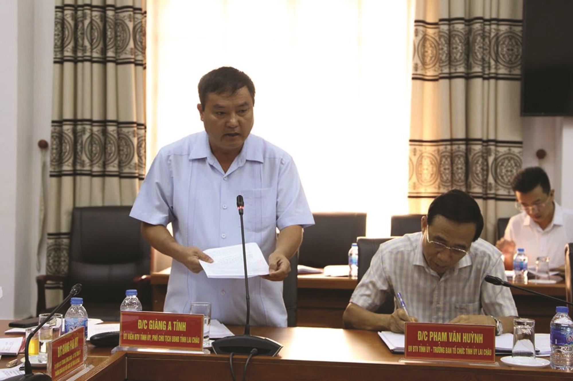 Ông Giàng A Tính, Ủy viên Ban Thường vụ Tỉnh ủy, Phó Chủ tịch tỉnh Lai Châu phát biểu tại cuộc họp Tỉnh ủy về vấn đề tín dụng chính sách.