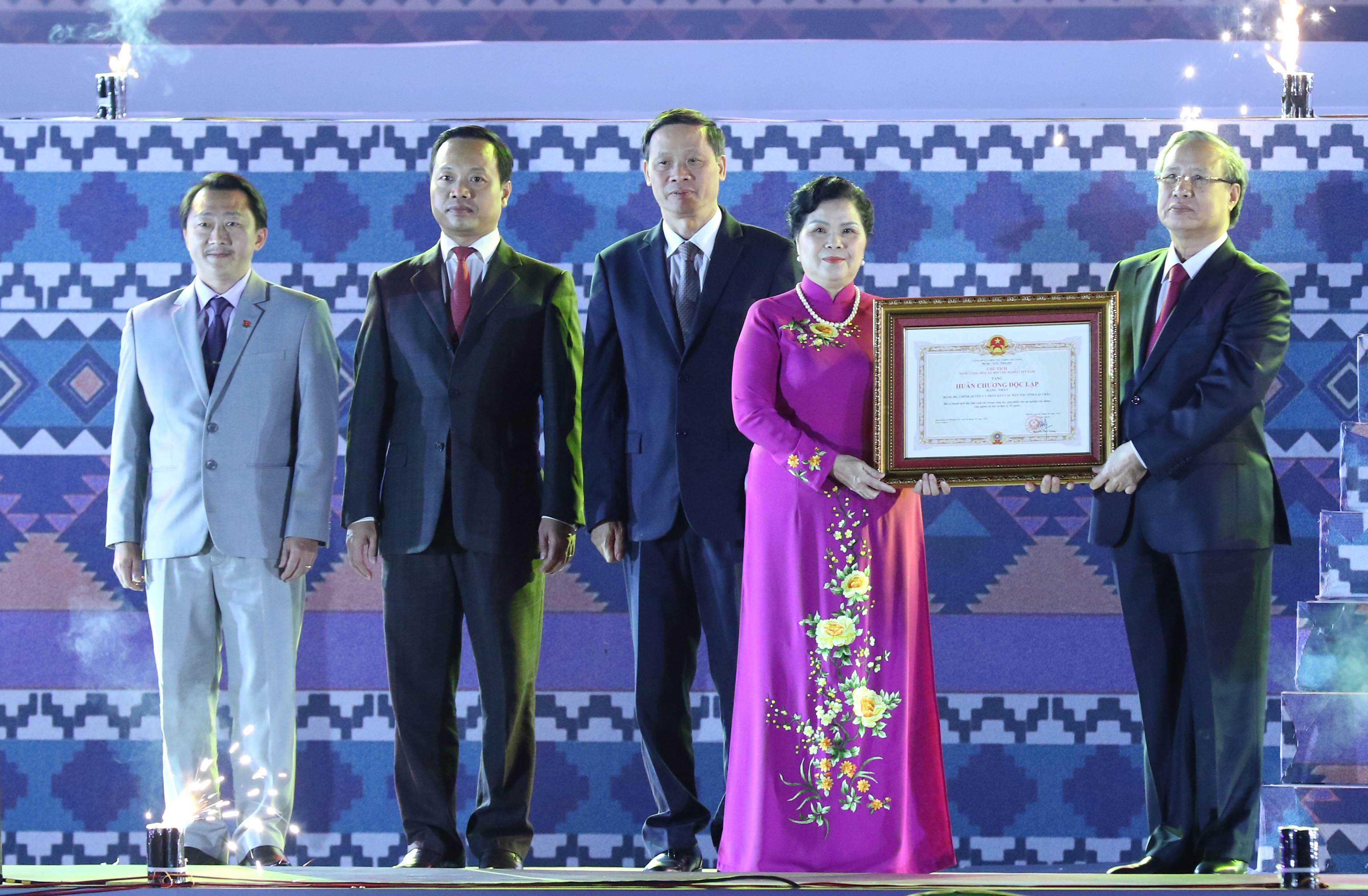 Ủy viên Bộ Chính trị, Thường trực Ban Bí thư Trung ương Đảng Trần Quốc Vượng trao Huân chương Độc lập hạng Nhất lần thứ II cho tỉnh Lai Châu