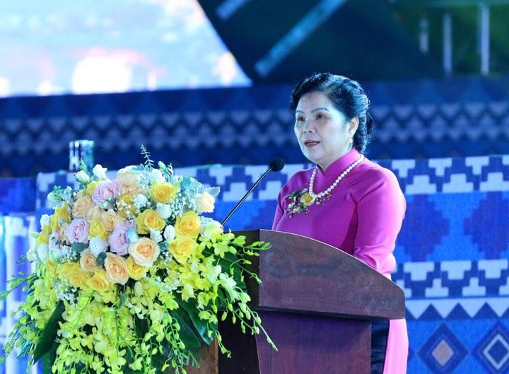 Bà Giàng Páo Mỷ, Ủy viên BCH Trung ương Đảng, Bí thư Tỉnh ủy, Trưởng Đoàn đại biểu Quốc hội tỉnh Lai Châu đọc diễn văn Lễ kỷ niệm