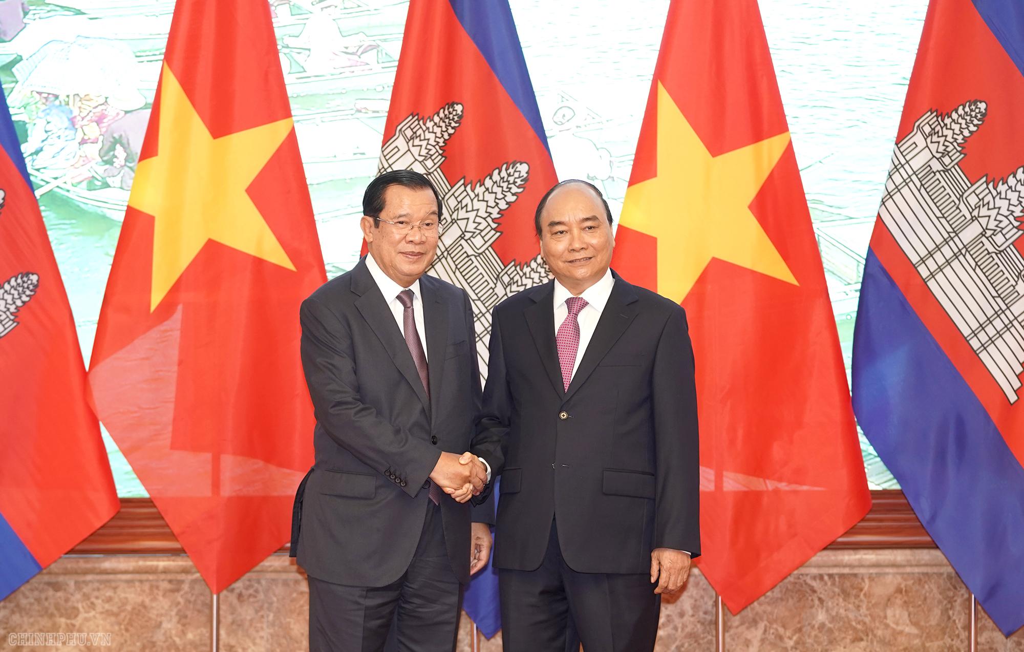 Thủ tướng Nguyễn Xuân Phúc và Thủ tướng Campuchia Samdech Akka Moha Sena Padei Techo Hun Sen. Ảnh VGP/Quang Hiếu