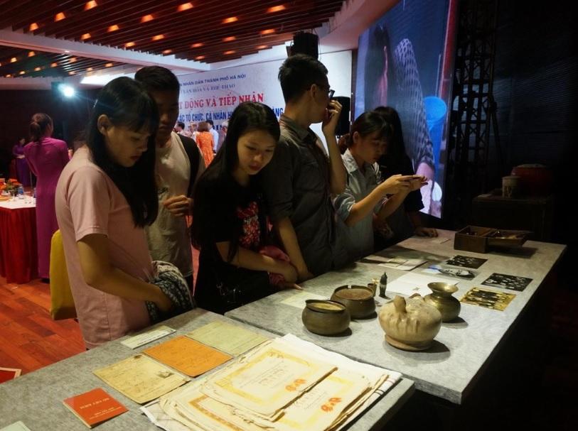 Các bạn trẻ thăm quan tìm hiểu lịch sử phục vụ mục đích học tập.