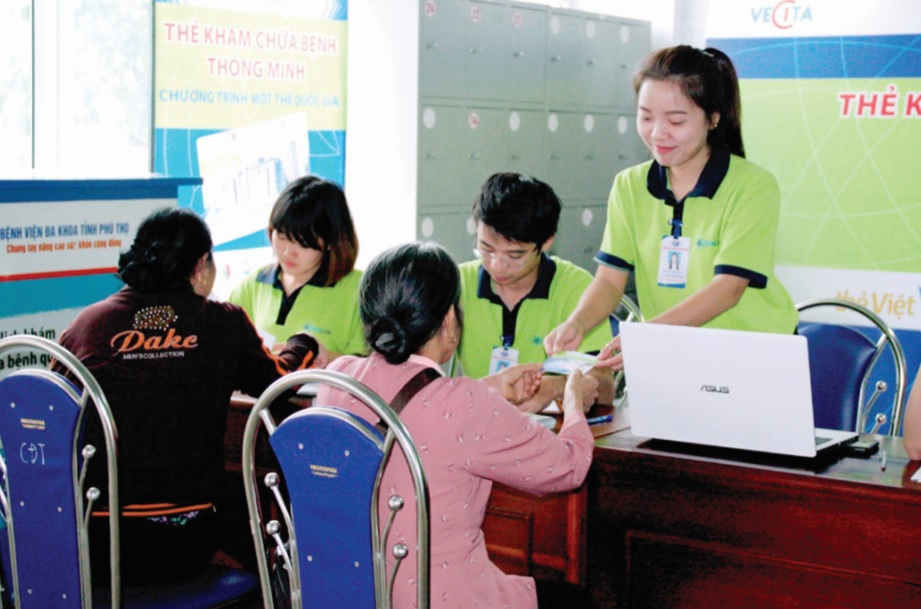 Người bệnh được cấp thẻ khám bệnh thông minh tại Bệnh viện Đa khoa tỉnh Phú Thọ.