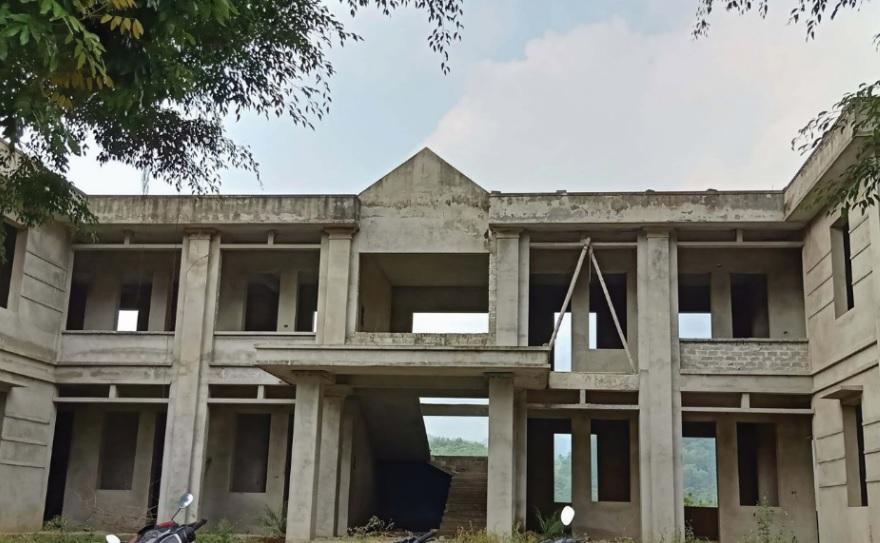 Công trình trụ sở UBND xã Cổ Lũng (Bá Thước) xây dựng dang dở, bỏ hoang đã hơn 3 năm.
