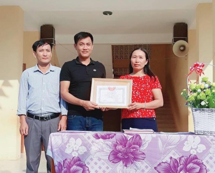 Tặng Giấy khen thầy Đồng Văn Nhân vì hành động dũng cảm cứu người.